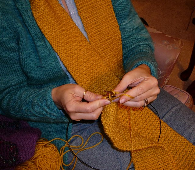 Hands_knitting_the_mile