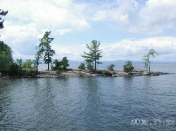 Red_rocks_on_lake_champlain